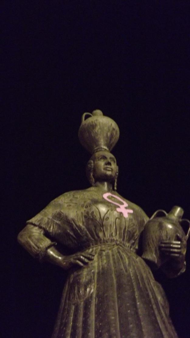 La fragatina vistiendo el símbolo de la mujer, tejido por mujeres fragatinas.