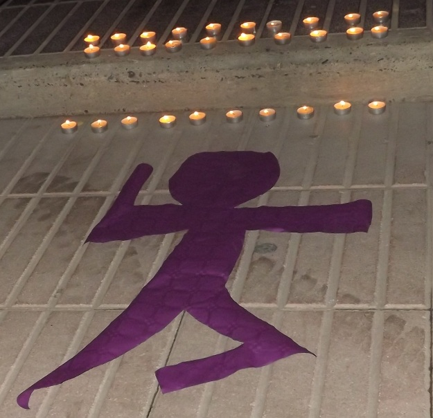 Siluetas y velas representaron a las mujeres ausentes.